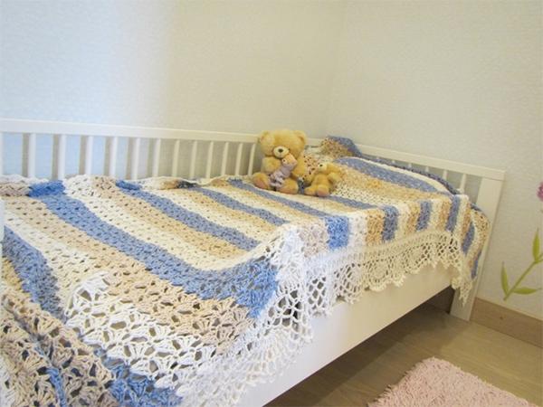 Вязаный плед в детскую кроватку