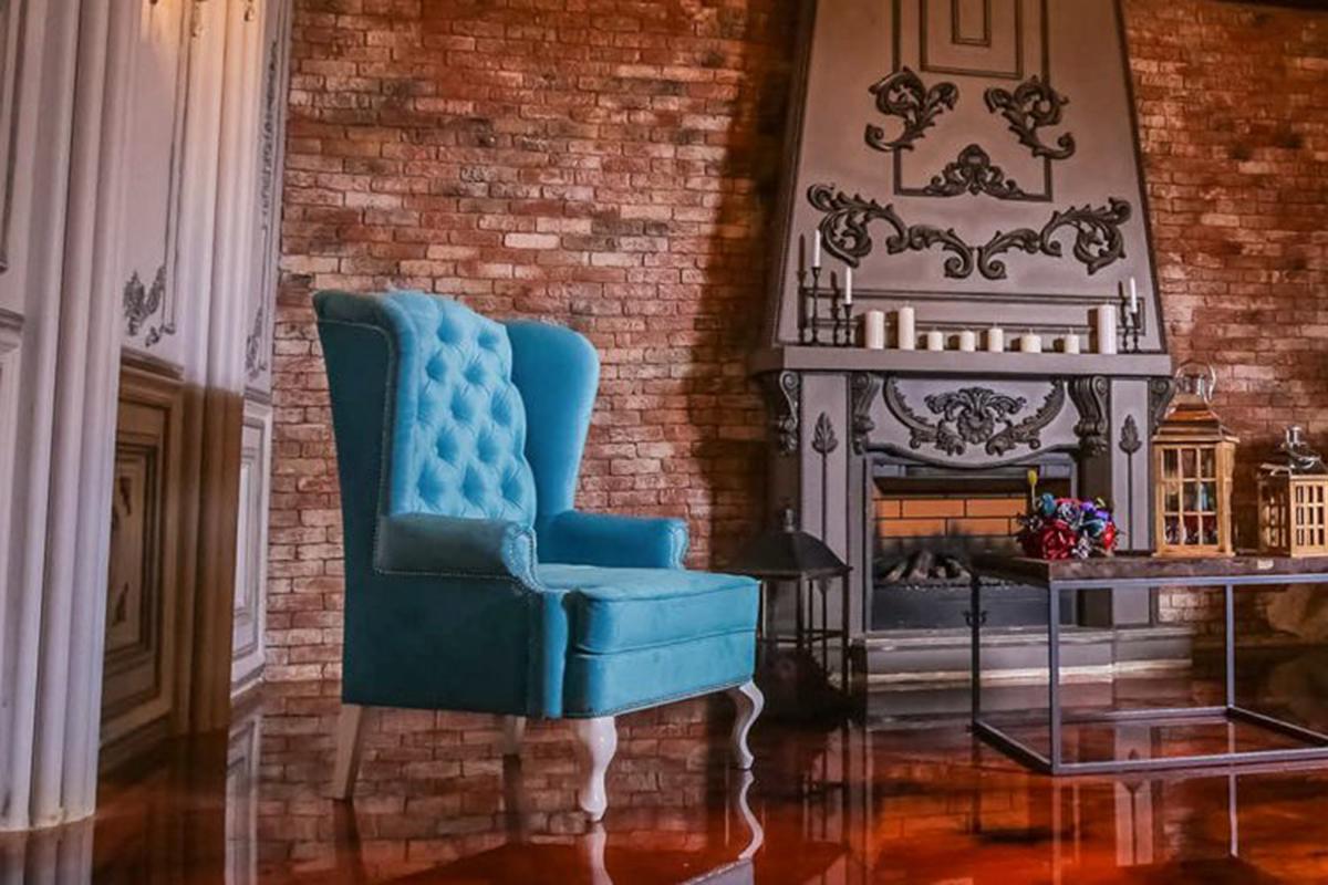 Яркое кресло в классической гостиной