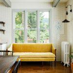 Желтый диван на кухне