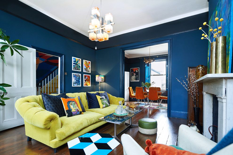 Желтый диван с темно-синими подушками