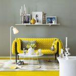 Желтый диван в сером интерьере