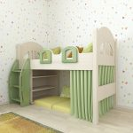 Зеленая деревянная кровать