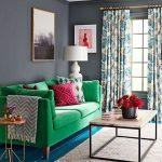 Зеленый диван и подушки с ярким принтом