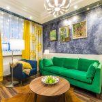 Зеленый диван и желтые акценты в интерьере