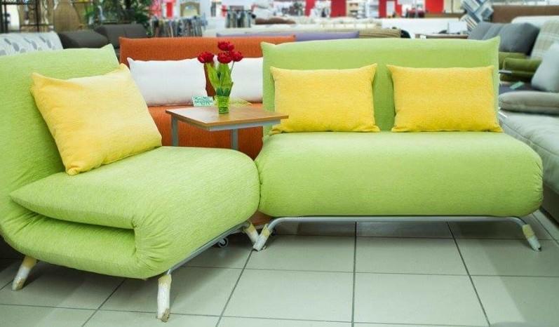 Зеленый диван с обивкой из хлопка