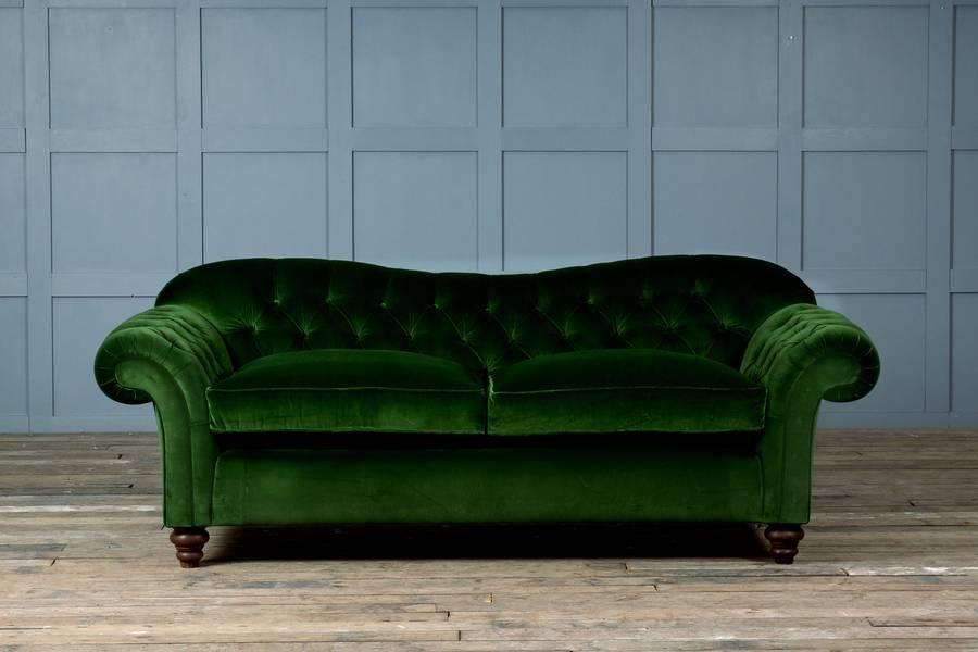 Зеленый диван с обивкой из велюра