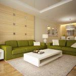 Зеленый диван в бежевой гостиной