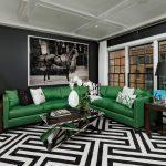 Зеленый диван в черно-белом интерьере