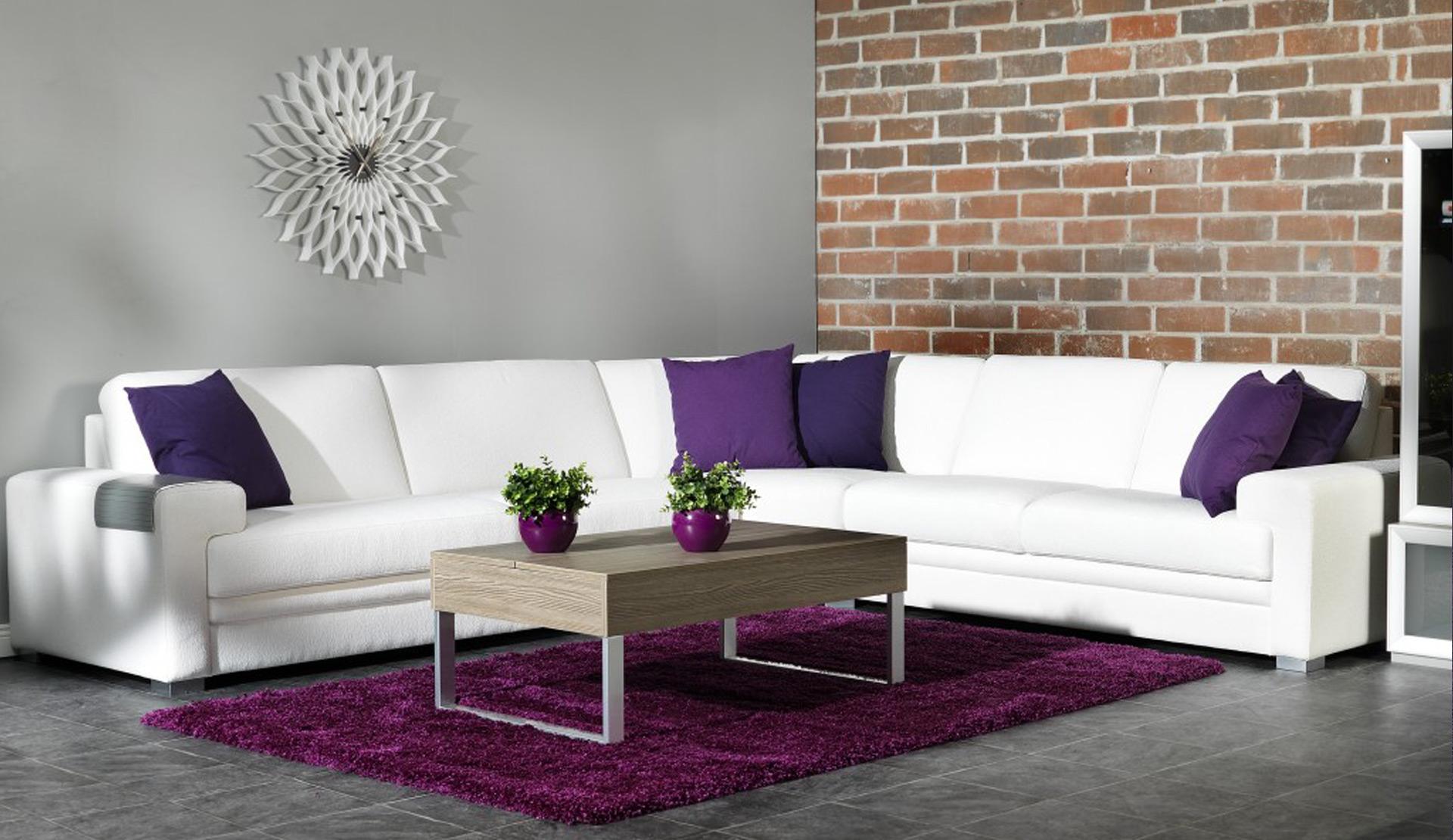 Диван с подушками контрастного цвета