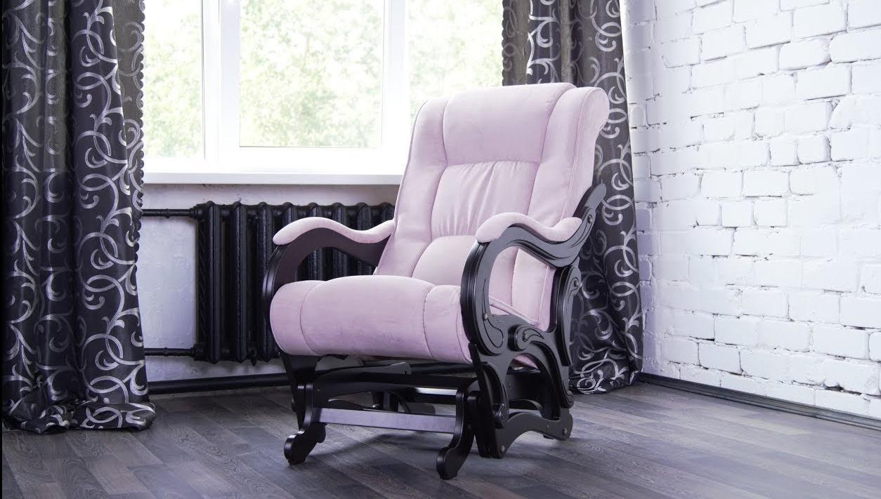 Бежевое кресло-глайдер в интерьере