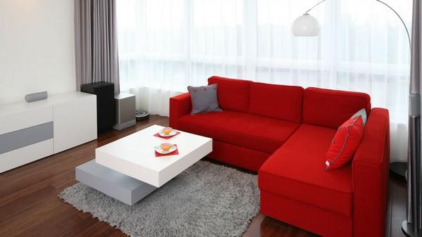 Простой красный диван