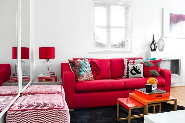 Ярко-красный диван в интерьере