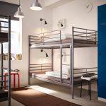 Светлая металлическая кровать