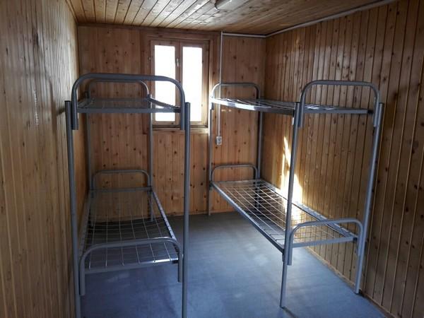 Железные кровати в бытовке