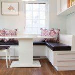 Белый диван с черными подушками на кухне