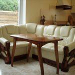 Белый кожаный диван в интерьере кухне-33