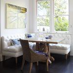Белый угловой диван на кухне