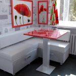 Белый угловой диванчик на кухне