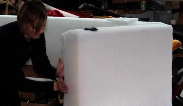 Набиваем диван поролоном