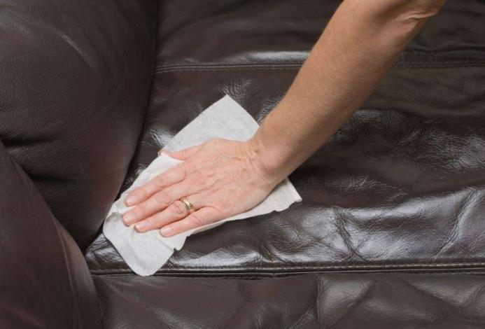 Темный диван чистка