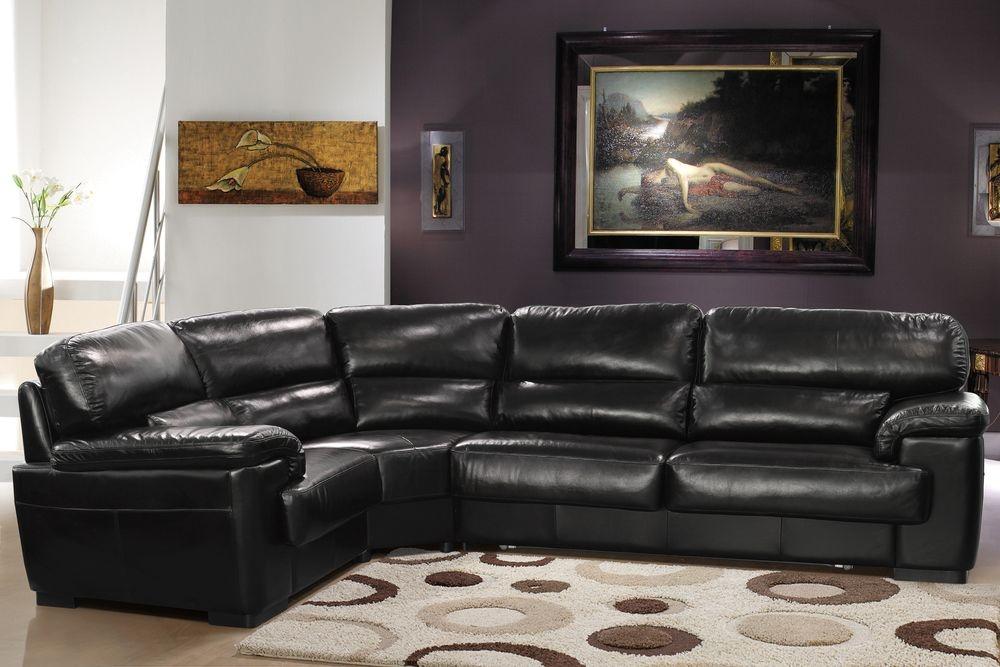 Кожаный диван в комнате