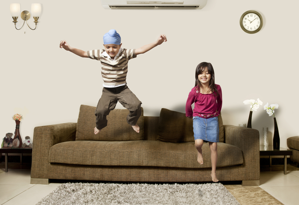 дети прыгают на диване