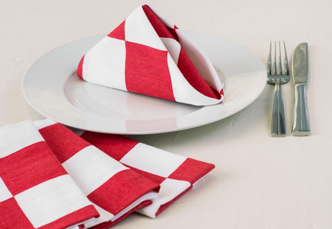 Скрутить салфетки на стол