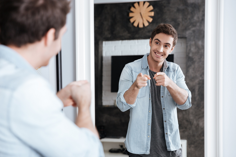 Картинка парень смотрит в зеркало