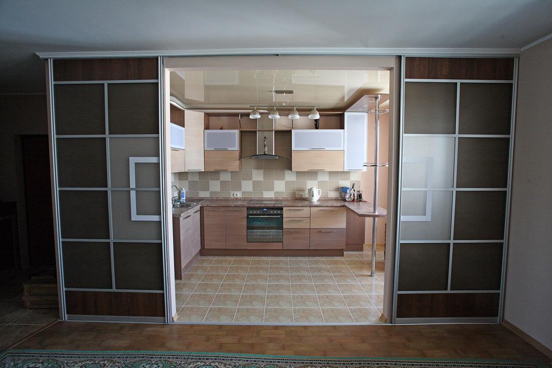 Стоит ли устанавливать дверь на кухню и как ее правильно выбрать