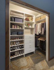 Как обустроить кладовку под гардеробную