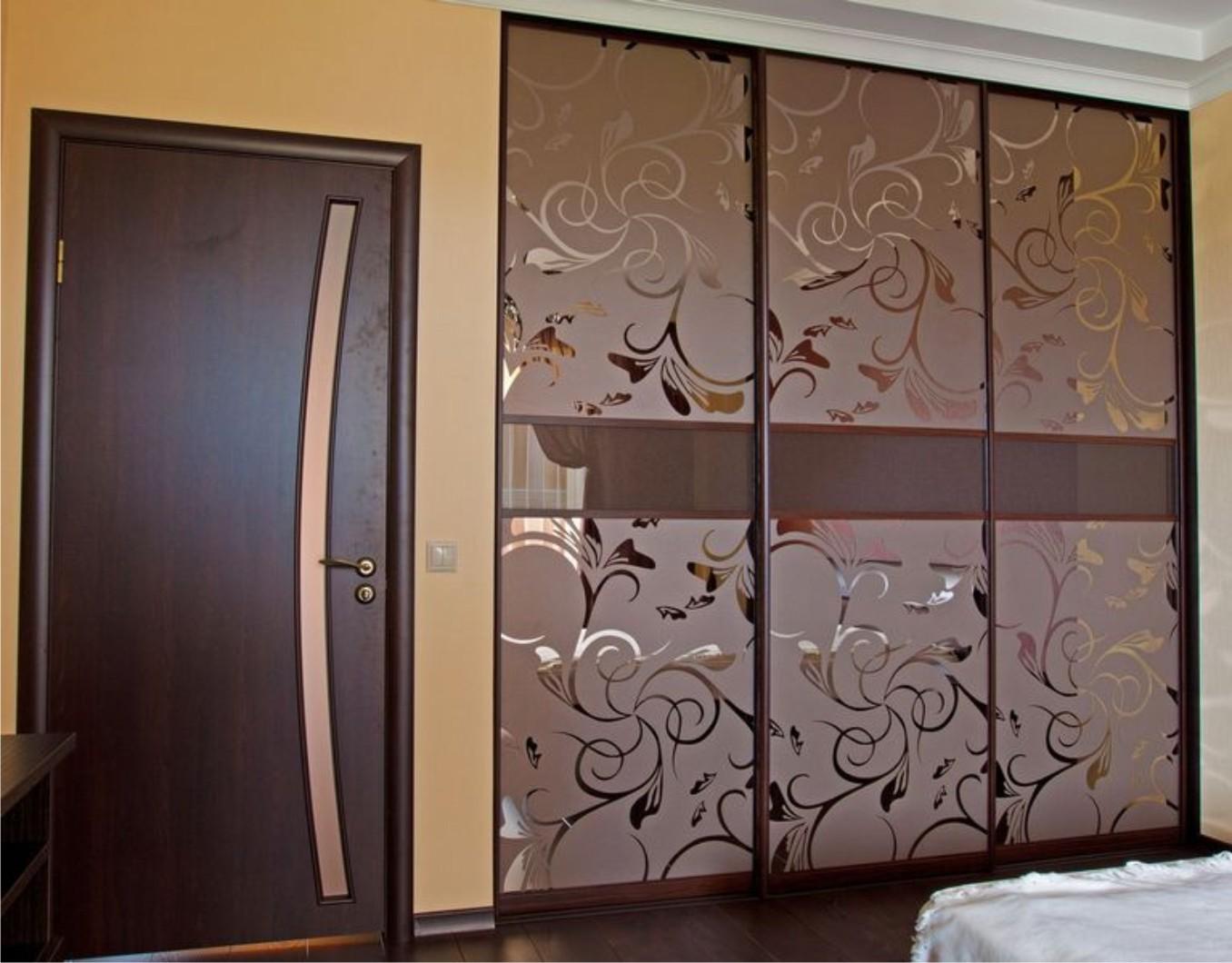 Встроенный шкаф с рисунками на двери