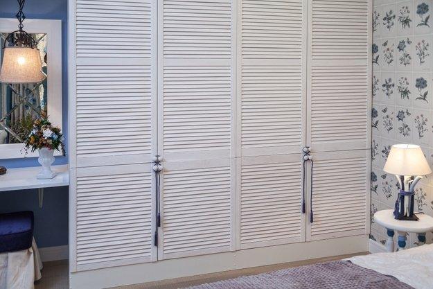 Шкафы с жалюзийными дверцами в интерьере фото